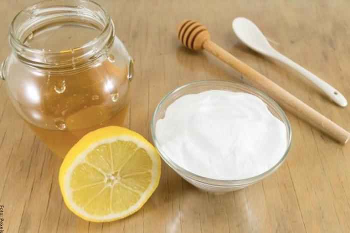 Foto de mascarilla con limón, miel y yogurt