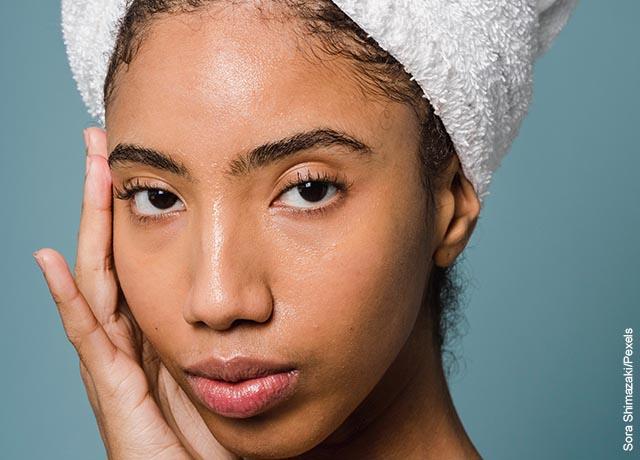 Foto del rostro de una mujer recién bañada