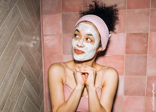 Foto de una mujer sentada en el baño con una mascarilla con vitamina E