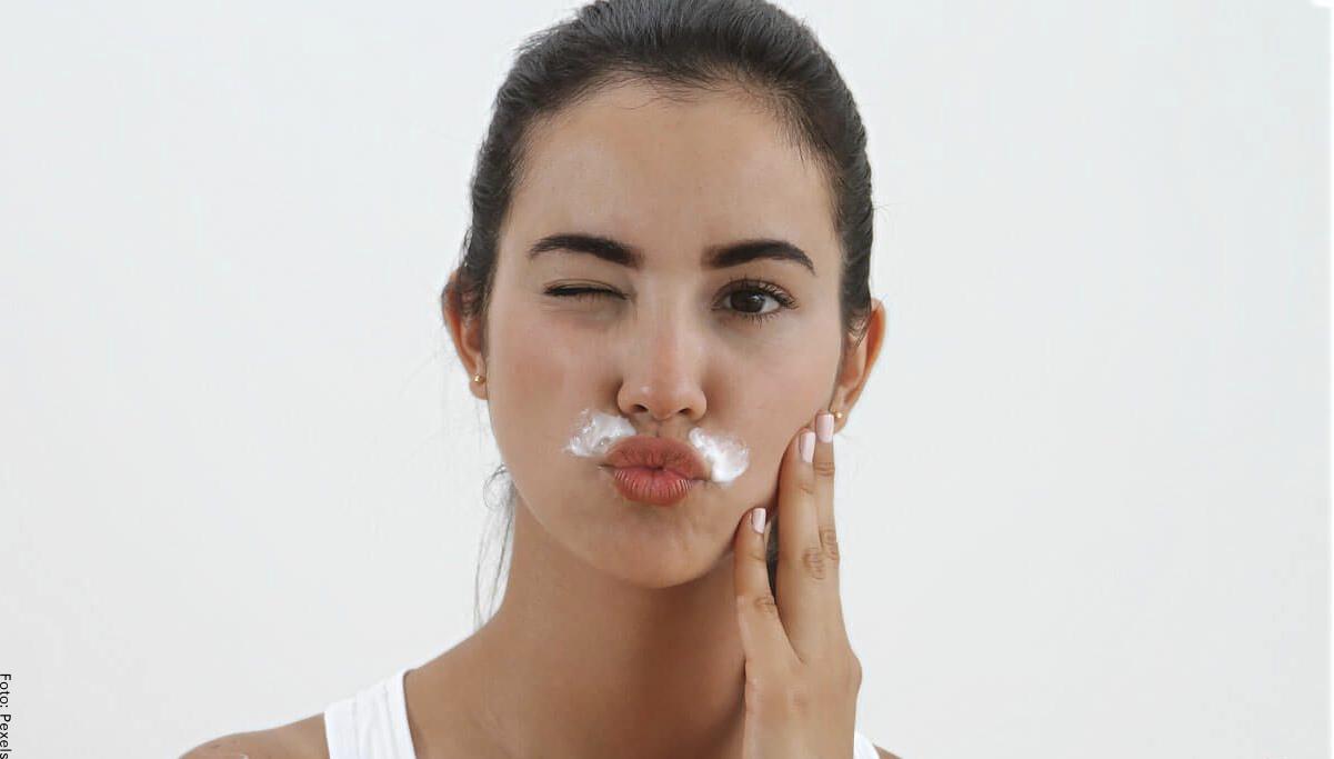 Foto de una mujer con mascarilla en el bigote