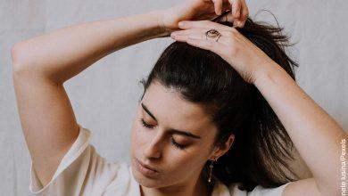 Foto de una mujer haciendo una moña con su pelo que muestra las mascarillas para el cabello