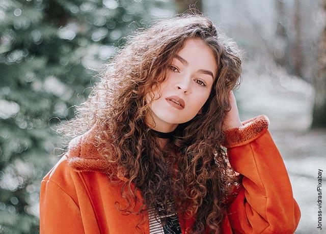 Foto de una mujer de pelo crespo posando como modelo