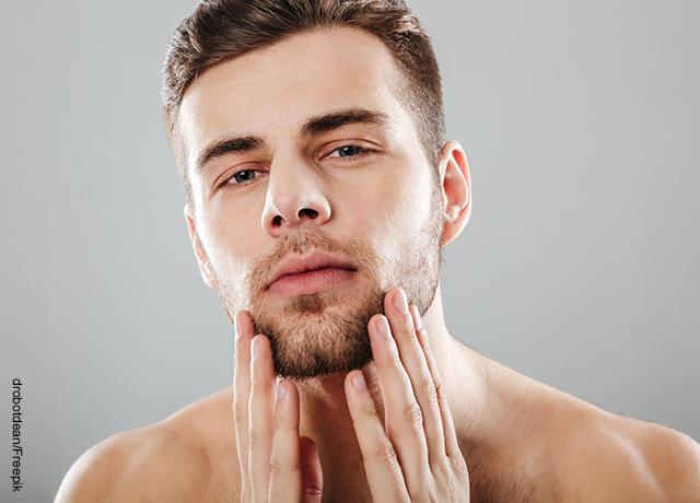 Foto de un hombre tocándose el rostro que ilustra las mascarillas para hombres