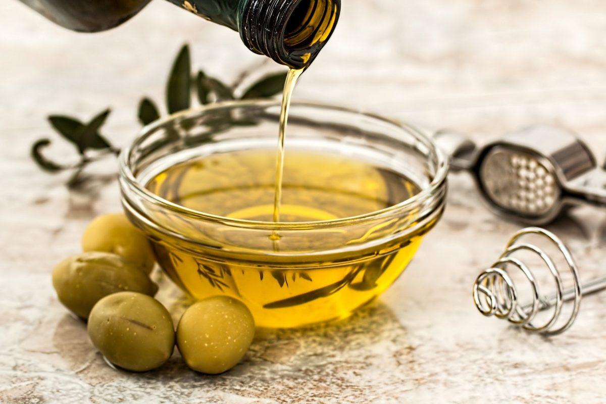 Foto de aceite de oliva en un bol