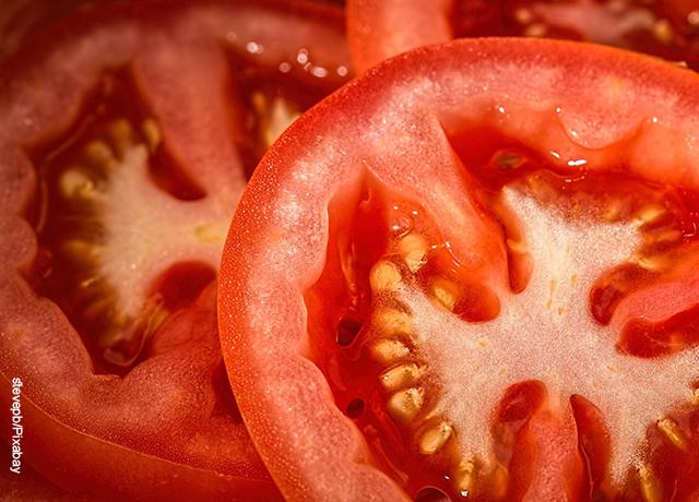Foto de tomates partidos a la mitad