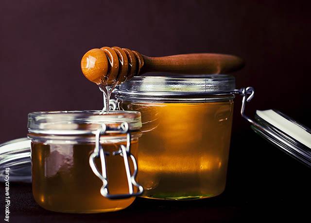 Foto de dos tazas llenas de miel de abejas