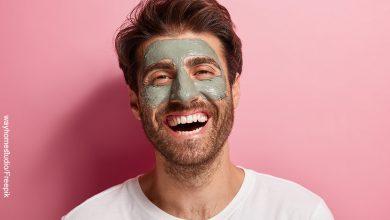 Foto de un hombre sonriendo que muestra las mascarillas para hombres