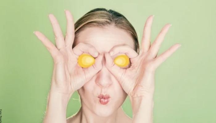 Foto de una mujer con huevo en los ojos