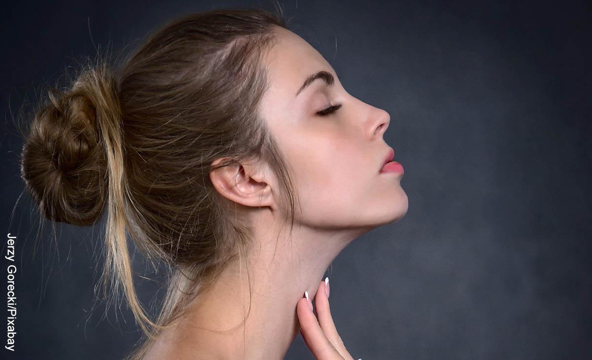 Foto de una mujer tocándose el cuello con los ojos cerrados que muestra las mascarillas para la cara