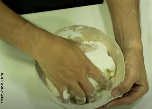 Foto de unas manos amasando harina