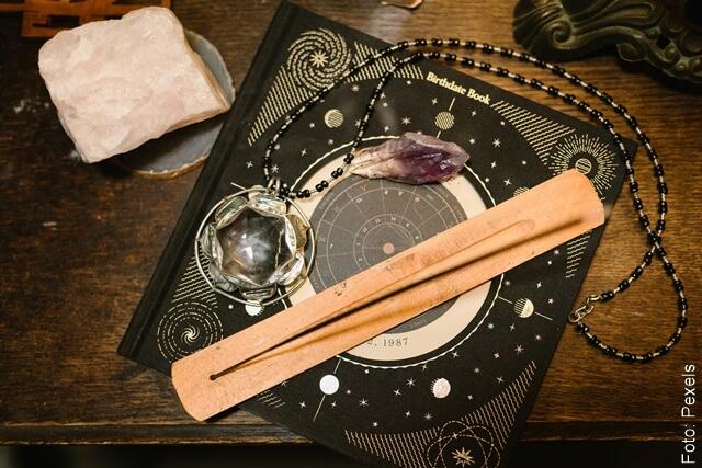 foto de mesa con signos zodiacales