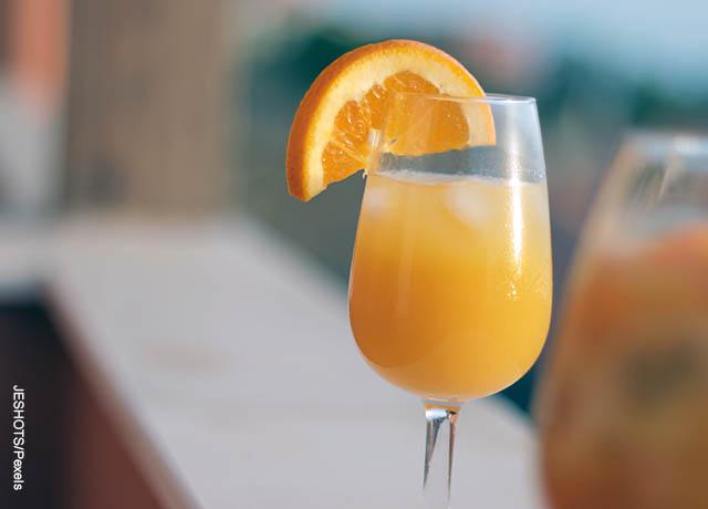 Foto de una copa de jugo de naranja