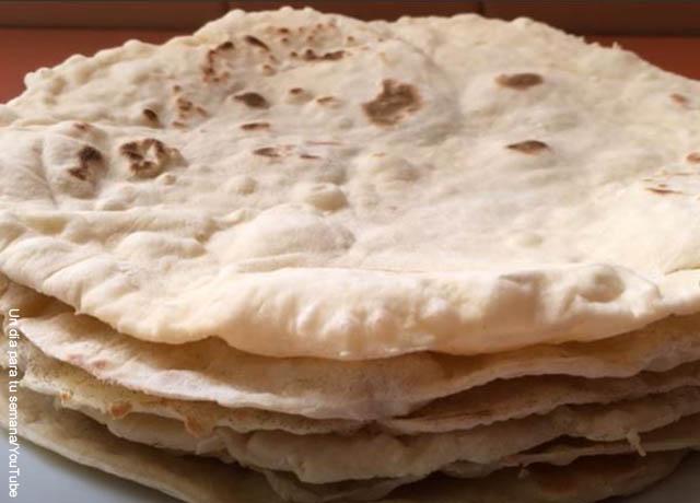 Foto de varios panes árabes uno encima de otro