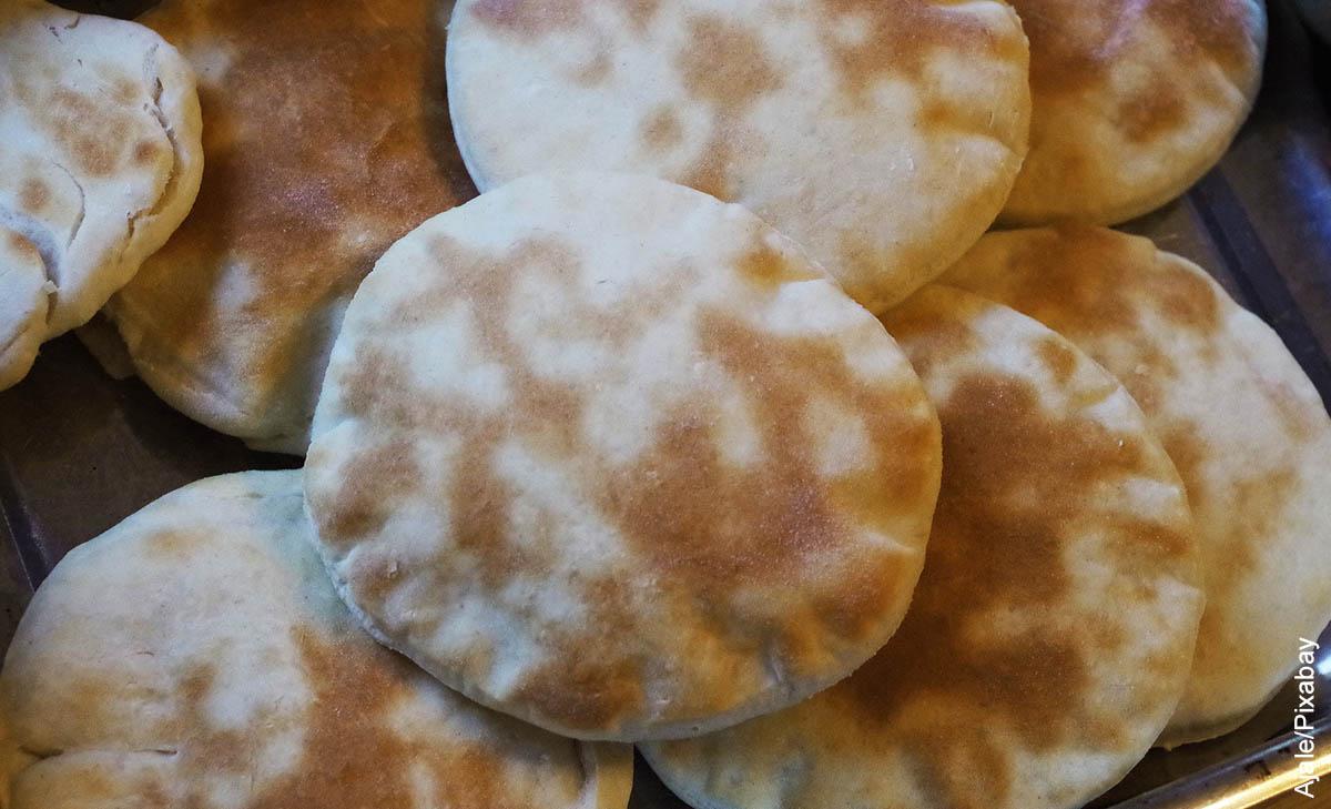 Foto de varias masas que muestran el pan árabe y su receta