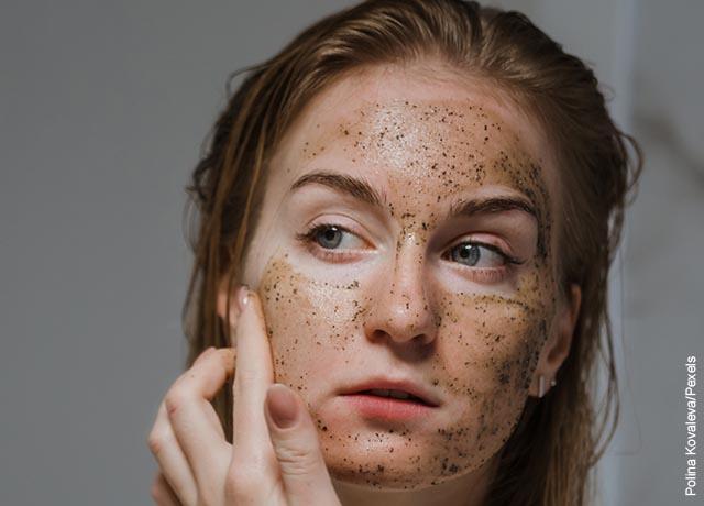 Foto de una mujer aplicando una mascarilla en su cara