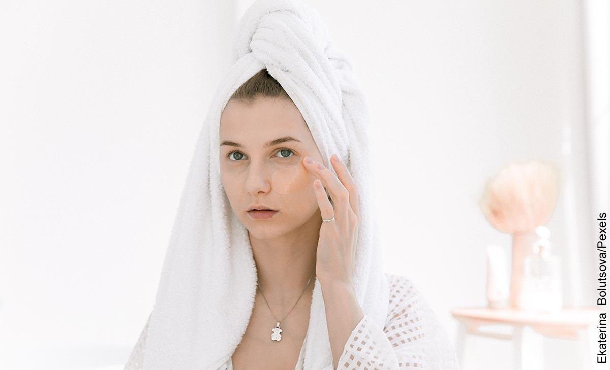 Foto de una mujer aplicando un producto en su rostro que indica para qué sirve la mascarilla de café