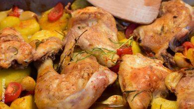 Foto de un plato de pollo al horno con una receta tradicional