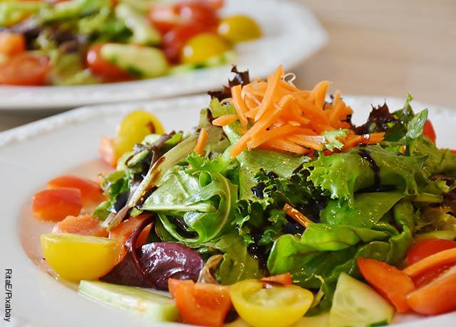 Foto de una ensalada con verduras frescos