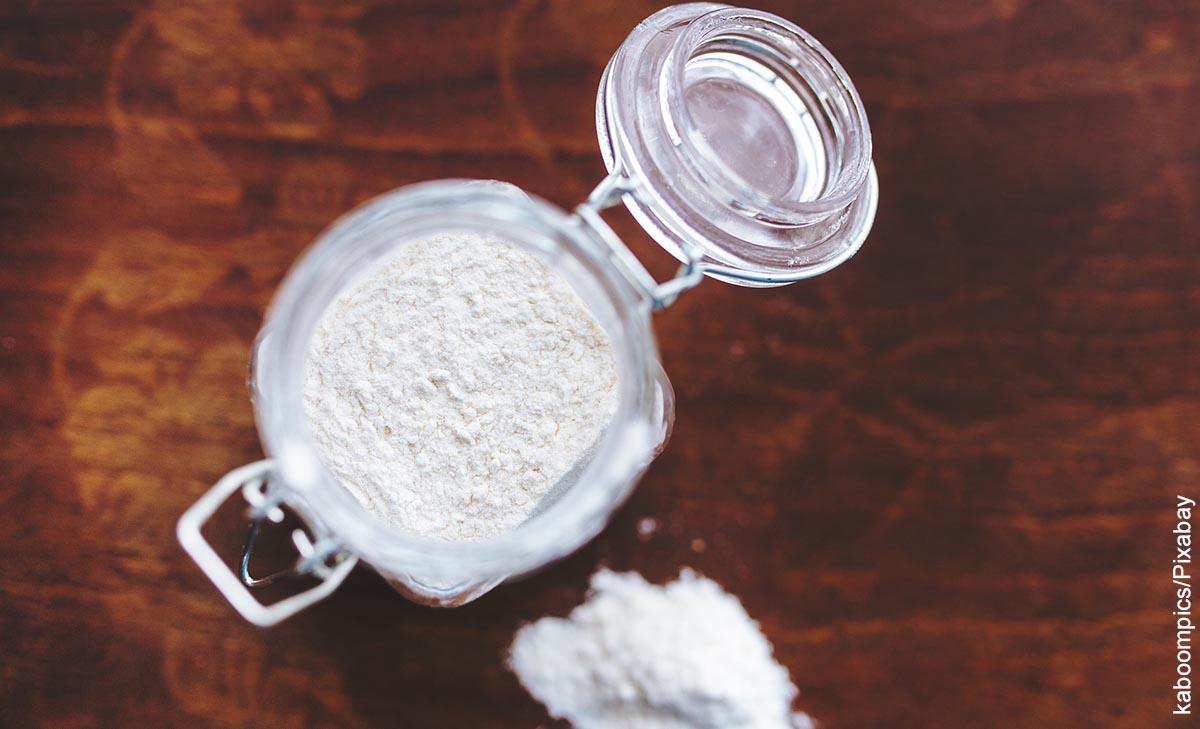 Foto de un tarro de cocina que muestra las recetas con harina de trigo