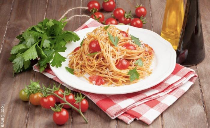 Foto de pasta con atún y tomates cherry