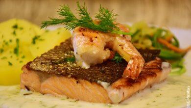 Foto de un trozo de salmón con camarones que ilustra las recetas con pescado
