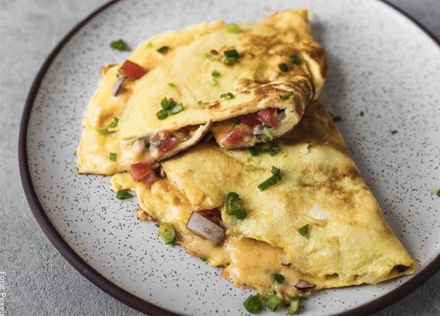 Foto de un omelet sobre un plato