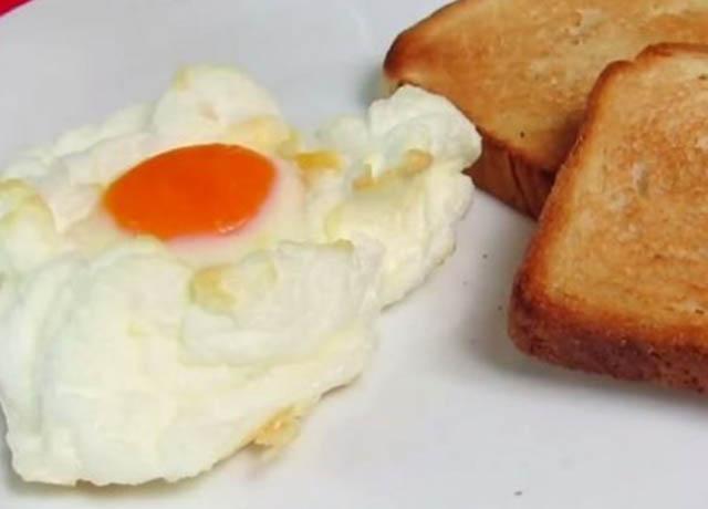 Foto de tostadas y huevo frito sobre un plato