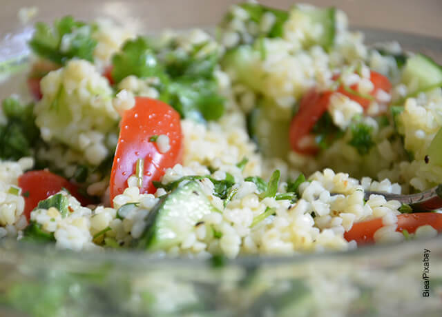 Foto de una ensalada con tomates y verduras