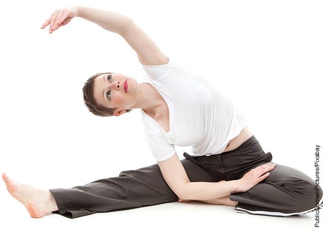 Foto de una mujer haciendo estiramientos de ejercicio
