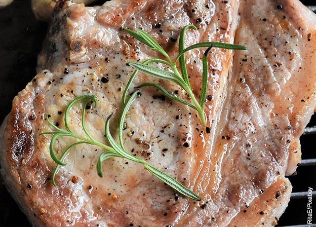 Foto de una rebanada de carne de cerdo asada