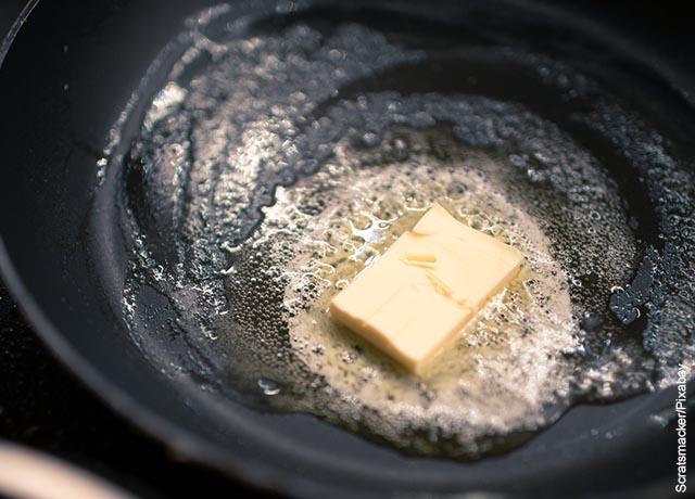 Foto de mantequilla derritiéndose en una sartén