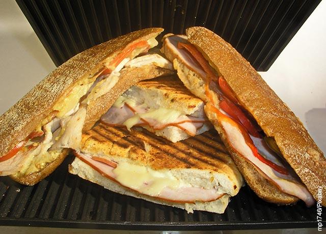Foto de un sandwich cortado en trozos
