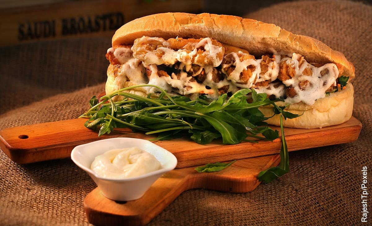 Foto de una comoda rápida que ilustra un sandwich cubano y su receta