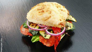 Foto de un emparedado de vegetales sobre una mesa que ilustra los sándwiches y sus recetas