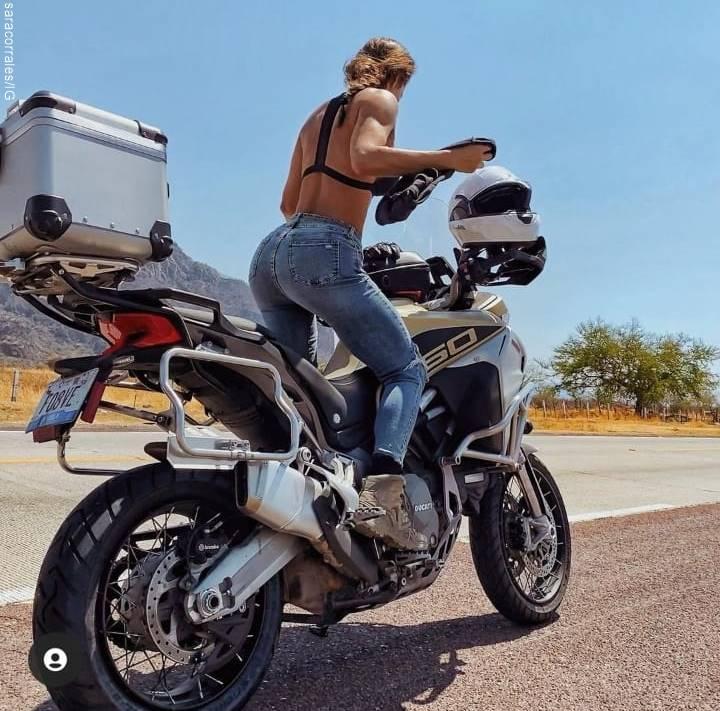 Foto de Sara Corrales sobre una moto