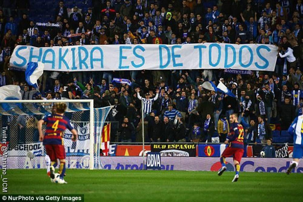 Foto de una pancarta en la que dicen que Shakira es de todos durante un partido del Barcelona
