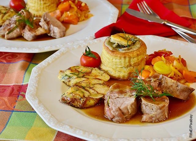 Foto de dos platos de solomillo de cerdo con verduras