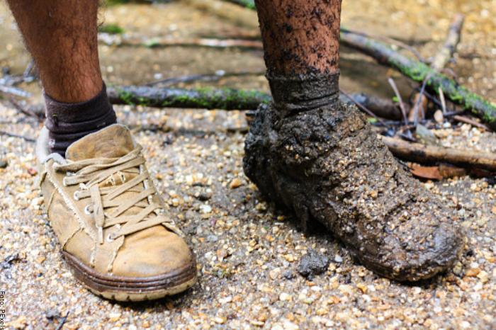 Foto de zapatos llenos de barro