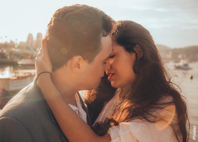 Foto de dos personas abrazadas que muestra lo que es soñar con besar a un hombre
