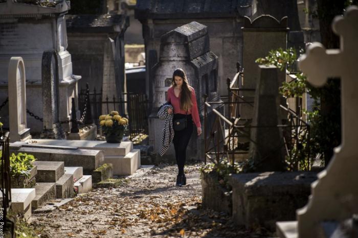Foto de mujer caminando en cementerio