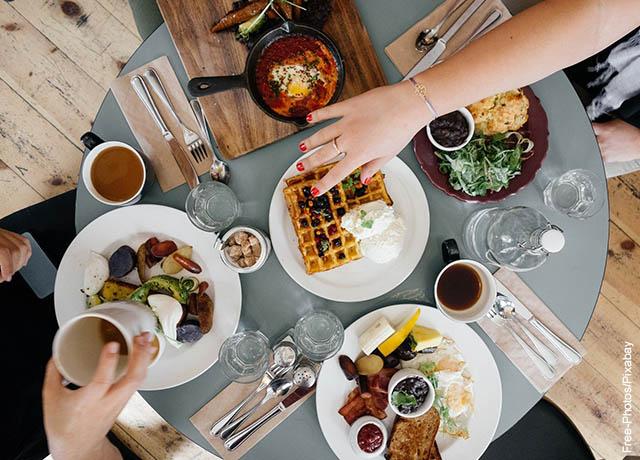 Foto de muchos platos de comida sobre la mesa
