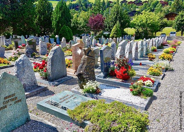 Foto de un cementerio con varias lápidas
