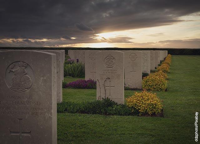 Foto de un cementerio al atardecer