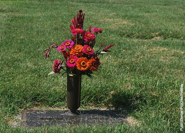 Foto de un florero sobre una tumba