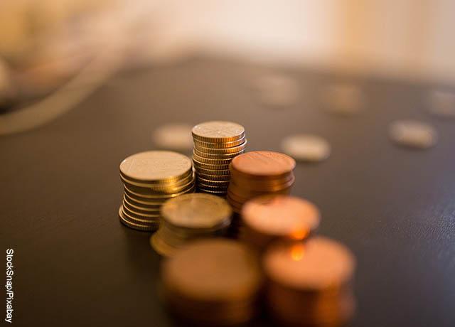 Foto de centavos sobre una mesa