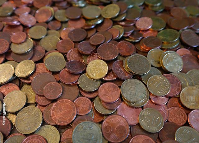 Foto de muchas monedas viejas de colores