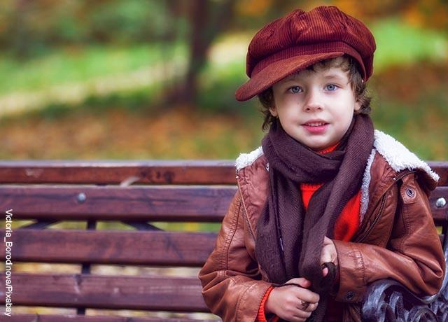 Foto de un niño sentado en una banca del parque