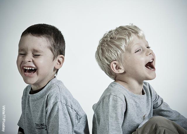 Foto de dos infantes riendo