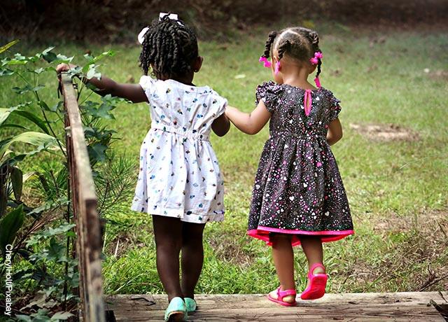 Foto de dos niñas tomadas de la mano caminando