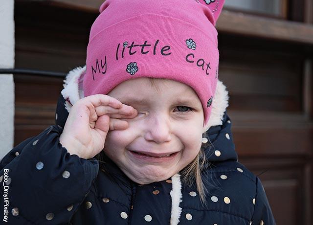 Foto de una niña llorando